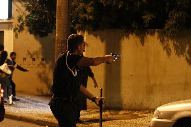 Guarda municipal aponta arma durante confusão com torcedores  