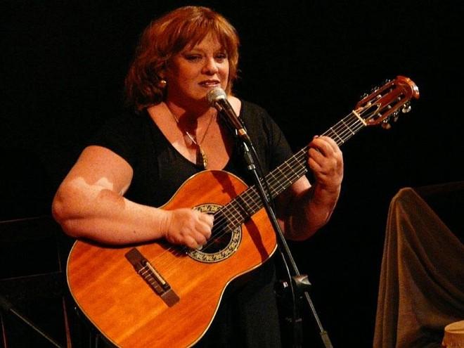 Luhli: seu violão e as histórias com Ney Matogrosso serão os companheiros de palco | Nadja Naira/Divulgação