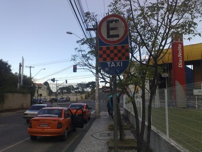 Grupo de taxistas prendeu três assaltantes durante a madrugada desta terça-feira em Curitiba | Adriano Ribeiro / Gazeta do Povo