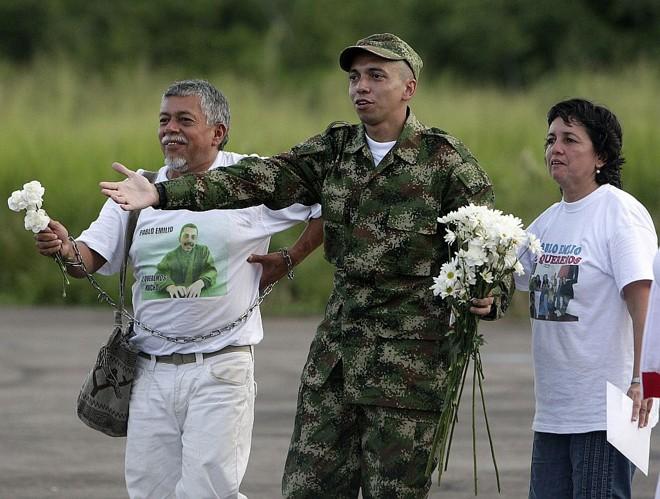 Moncayo é recebido pelo pai, Gustavo – que em 2007 caminhou 900 km pela libertação do filho –, e pela mãe, Stella   John Vizcaino/Reuters