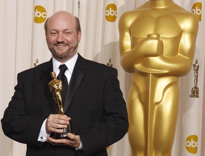 O diretor Juan Jose Campanella com o Oscar de melhor filme estrangeiro pelo longa-metragem argentino