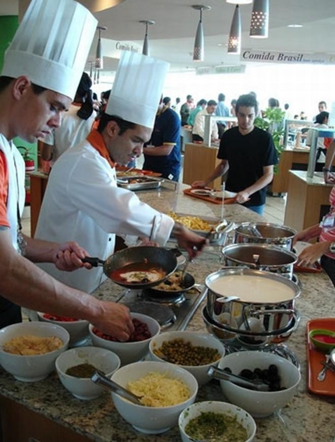 Funcionários em um dos restaurantes administrados pela empresa | Divulgação