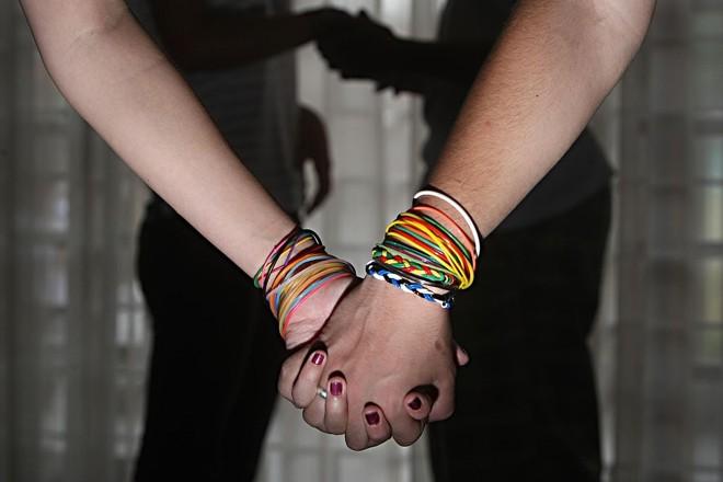 """""""Pulseira do sexo"""": o adereço faz parte de uma espécie de jogo em que cada cor representa um ato afetivo ou sexual   Albari Rosa/Gazeta do Povo"""