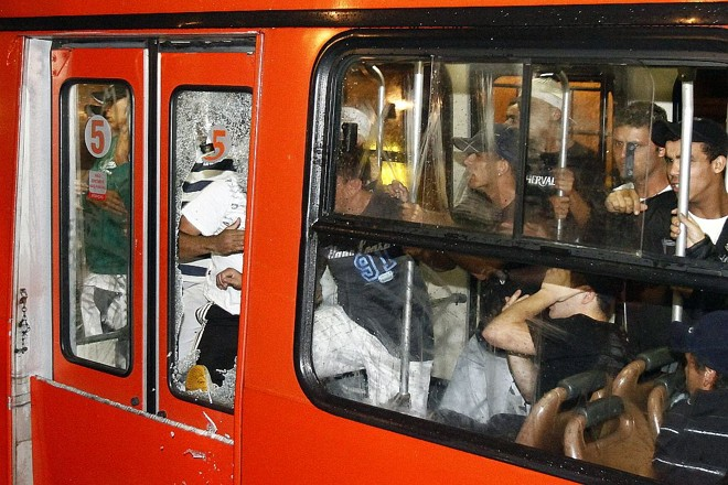 Arruaceiros quebram ônibus no Terminal do Portão  