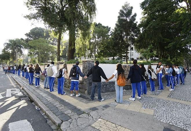 Os estudantes deram um abraço no Colégio Estadual | Aniele Nascimento/Agência de Notícias Gazeta do Povo