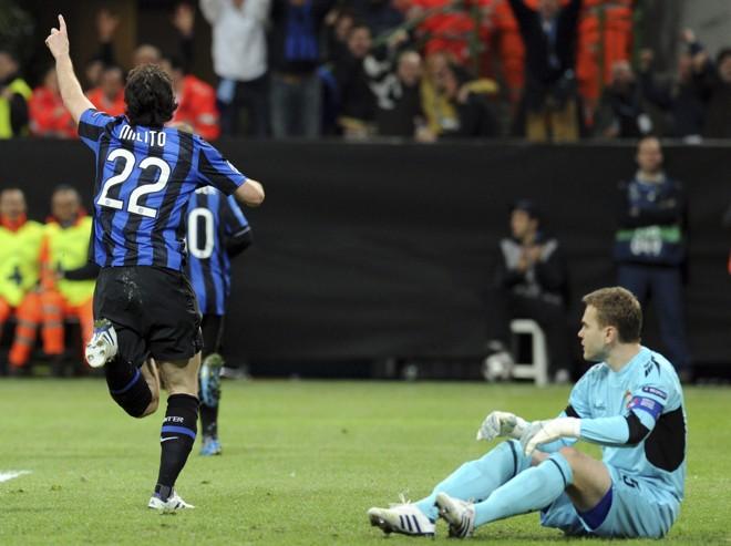 Diego Milito corre para comemorar o único gol da partida, enquanto o goleiro Akinfeev apenas observa | Paolo Bona/ Reuters
