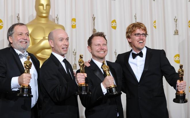 Joe Letteri, Stephen Rosenbaum, Richard Baneham e Andrew R. Jones comemoram o Oscar de melhores efeitos visuais por