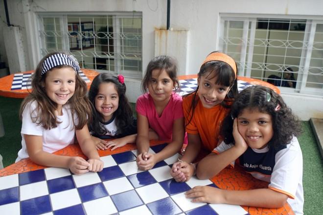 Ana Clara, Eduarda, Maria Eduarda, Helena e Maria Luísa: amigas inseparáveis desde os 2 anos de idade, elas chegaram a mudar de escola juntas | Hedeson Silva/Gazeta do Povo