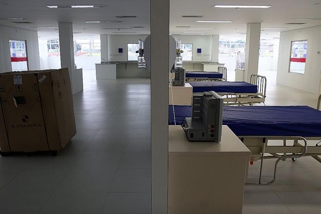 Obra incompleta: leitos do Hospital Regional de Ponta Grossa, ao lado de caixa de equipamentos a serem instalados | Henry Milleo/ Gazeta do Povo