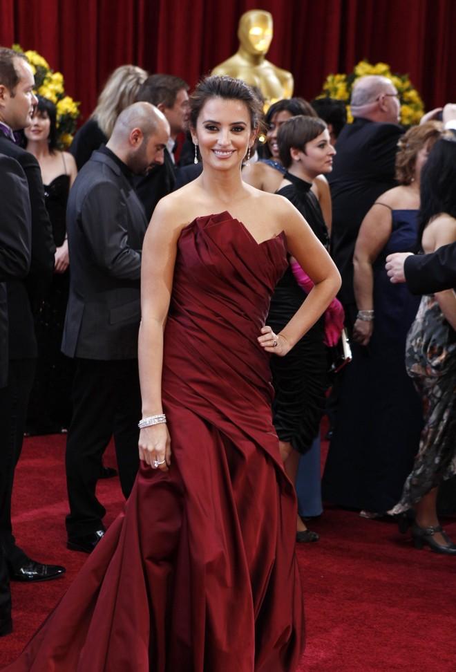 A atriz Penelope Cruz chega ao tapete vermelho do Oscar 2010 |