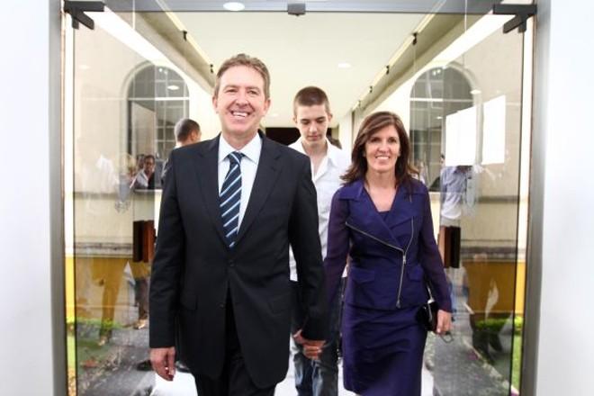 Após se tornar prefeito de Curitiba, Luciano Ducci deixa a Câmara Municipal com a mulher, Marry, e o filho Ricardo, estudante de medicina | Joel Rocha