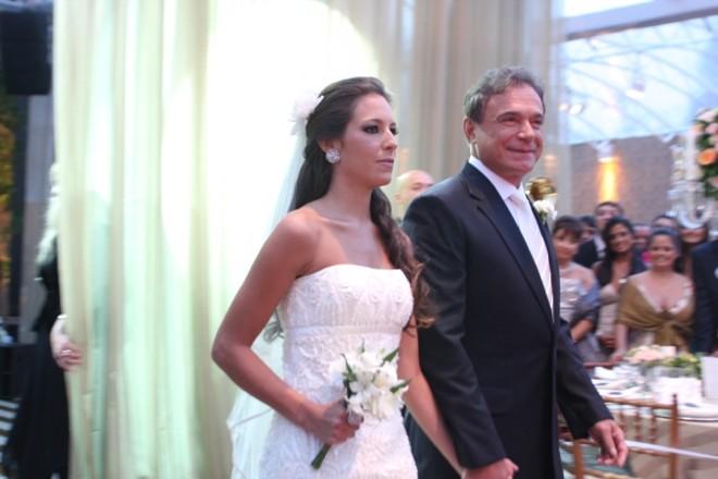 Carolina Dias é conduzida pelo pai, o senador Alvaro Dias, ao altar no espaço criado especialmente para seu casamento na chácara do noivo, Pedro Braga Maia, em Campo Largo, no último sábado   Fotos: Mauro Campos