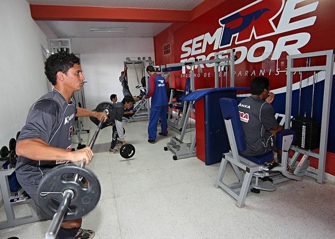 Pará, no último treino do Paraná antes da viagem ao Recife, segunda: lateral se machucou, abriu espaço para a improvisação de Diego Correia e voltou ao time como meia | Albari Rosa/ Gazeta do Povo