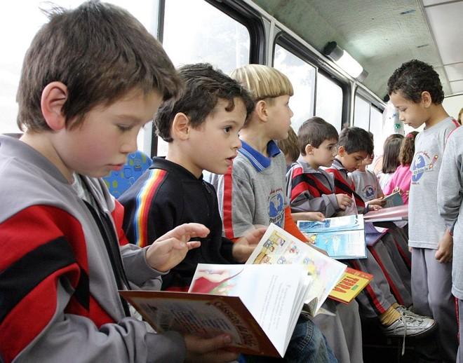Crianças da rede de ensino de Apucarana em passeio de ônibus com leitura: modelo de educação integral | Edson Denobi