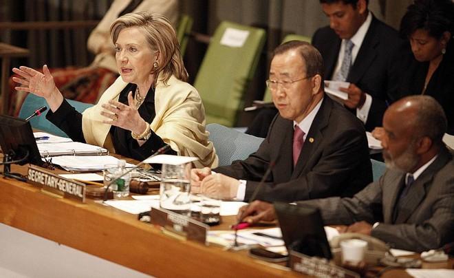 Secretário-geral da ONU, Ban Ki-moon (centro), pediu 3,8 bilhões de dólares para o Haiti. Presidente haitiano, René Préval (direita) pediu aos doadores foco na educação | Reuters