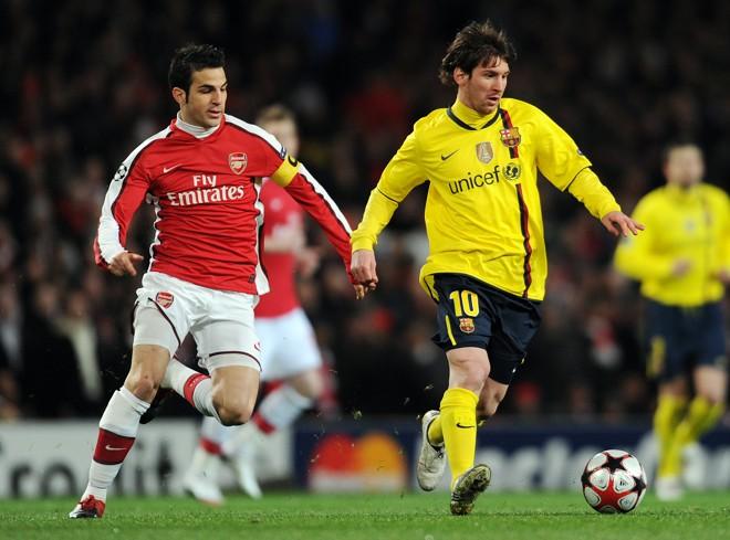 Cesc Fábregas persegue Messi; o argentino não balançou a rede contra os Gunners, mas o espanhol, de pênalti, decretou a igualdade entre as equipes | Adrian Dennis/ AFP
