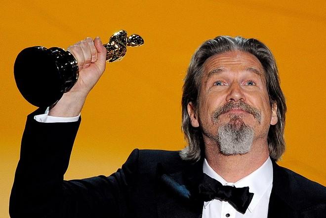 Jeff Bridges levantou a estatueta sobre a cabeça e agradeceu os pais |