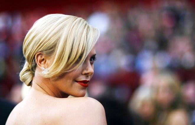 A atriz Charlize Theron foi uma das mais belas no tapete vermelho do Oscar 2010 |