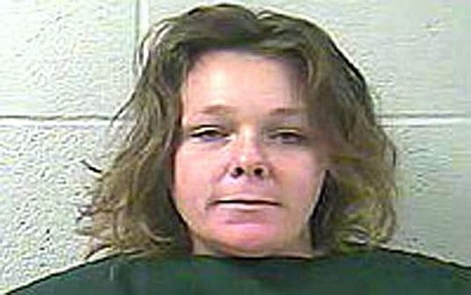 Toni Tramel foi acusada de esguichar leite dos seios no rosto de uma agente | Reprodução