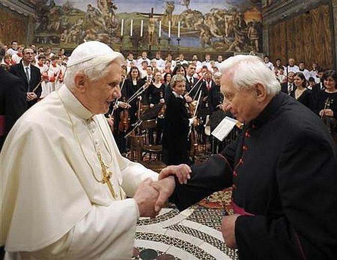 Papa Bento XVI e seu irmão Georg Ratzinger (esquerda)   Reuters