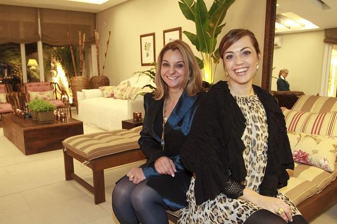 Elaine Quintella (à esq.) e Cíntia Ribeiro foram as anfitriãs do badalado coquetel de inauguração oficial do Ohm Urban Spa, na última terça-feira. O empreendimento ocupa uma mansão no alto da Avenida Vicente Machado, palco da Casa Cor de 2007   Diego Pisante
