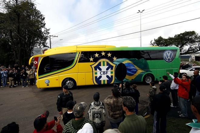 Momento em que o ônibus da seleção chegou ao CT do Caju | Valterci Santos / Agência de Notícias Gazeta do Povo