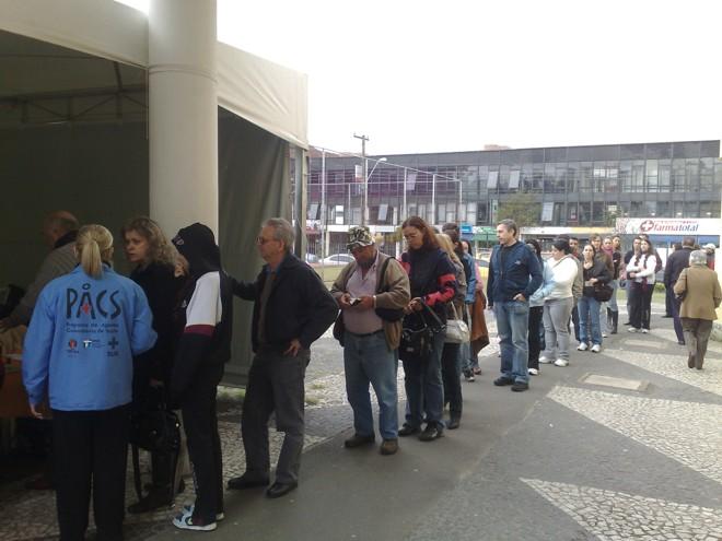 Fila de pessoas aguardando para receber a dose contra a gripe A na Unidade de Saúde Ouvidor Pardinho, no Rebouças, em Curitiba   Gladson Angeli / Gazeta do Povo