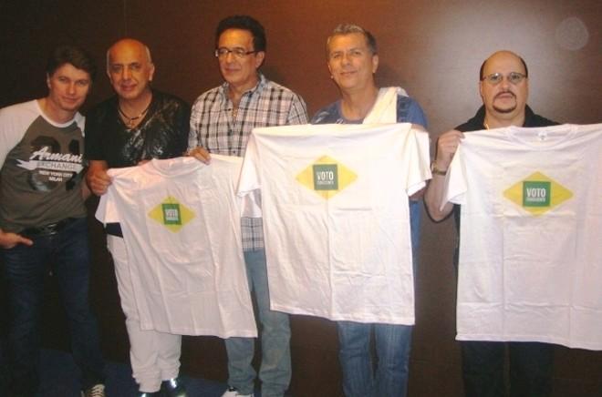 Integrantes do grupo Roupa Nova posaram para foto segurando as camisetas do Voto Consciente | Divulgação/98FM