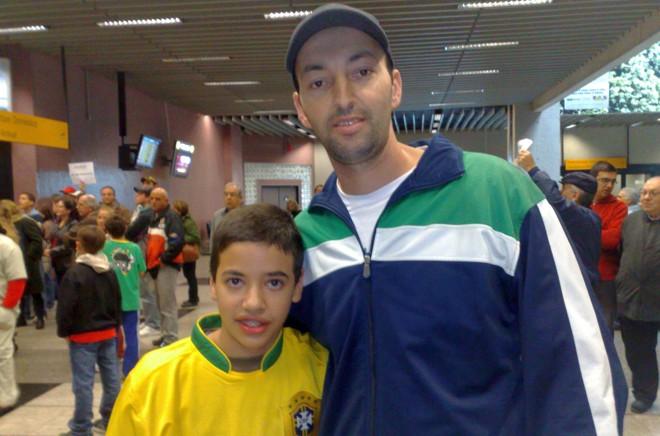 Kawan e seu pai Yuri, em vigília para ver a seleção: foto do ônibus já basta | Marcos Xavier Vicente / Gazeta do Povo