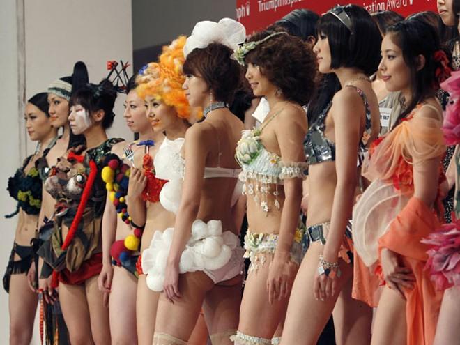 Modelos desfilam criações exóticas em Tóquio. | Agência Reuters