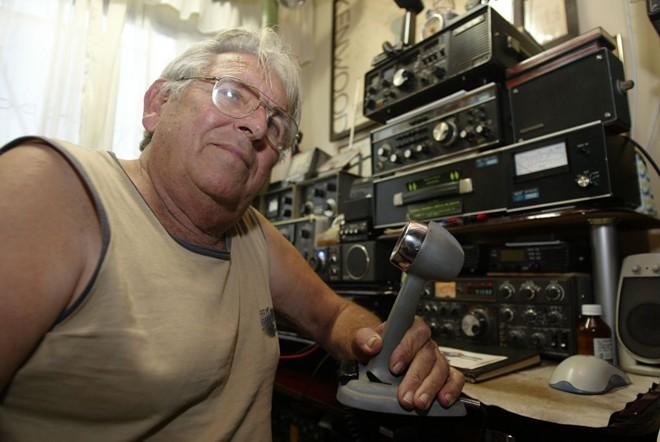 Carlito Klein, há 60 anos na atividade, fala em alemão pelo rádio...   Henry Miléo/Gazeta do Povo