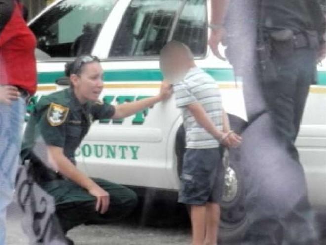 Mãe bolou com policial a falsa prisão do filho de cinco anos.   Reprodução