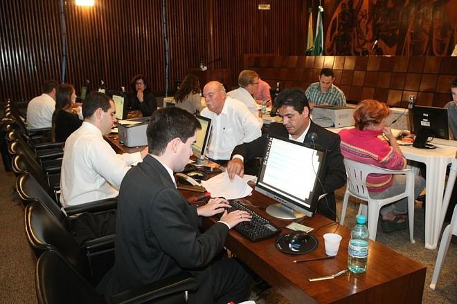 Servidores da Assembleia no primeiro recadastramento: processo foi concluído, mas deixou dúvidas que a Casa promete sanar com o segundo cadastro   Albari Rosa/ Gazeta do Povo