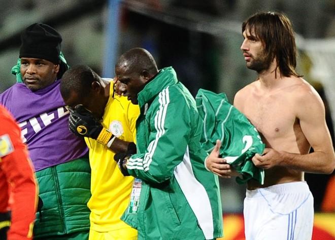 O goleiro Enyeama é consolado pelos nigerianos: falha custou a derrota   Jewel Samad/ AFP