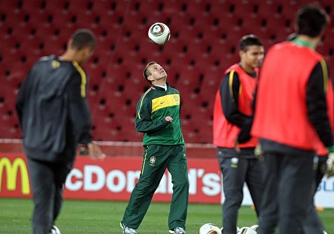 O técnico Dunga brinca com a bola no treino da seleção no Estádio Ellis Park, palco do jogo de hoje | Albari Rosa/ Gazeta do Povo – enviado especial