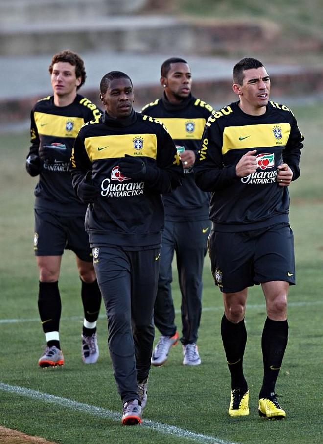 Juan e Lúcio correm à frente de Elano e Robinho durante treino leve em Johannesburgo. Zagueiros se conhecem desde 2002, quando jogaram juntos  no Bayer Leverkusen, da Alemanha   Valterci Santos/Gazeta do Povo – enviado especial
