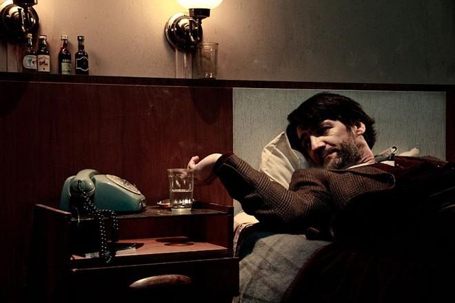 Em Circular, César Troncoso interpreta Carlos, um estrangeiro que decide assaltar um ônibus em Curitiba | Rosano Mauro Jr./Divulgação