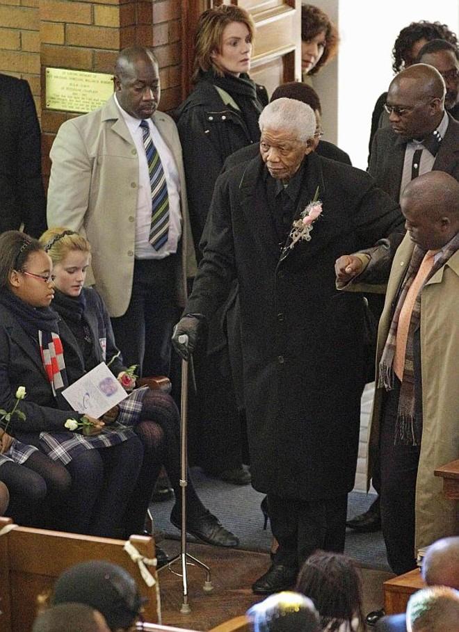 Nelson Mandela chega ao velório da bisneta de 13 anos | Reuters