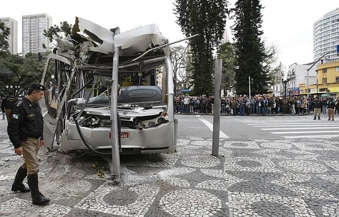 Ônibus ligeirinho após o acidente que matou duas pessoas | Jonathan Campos / Agência de Notícias Gazeta do Povo