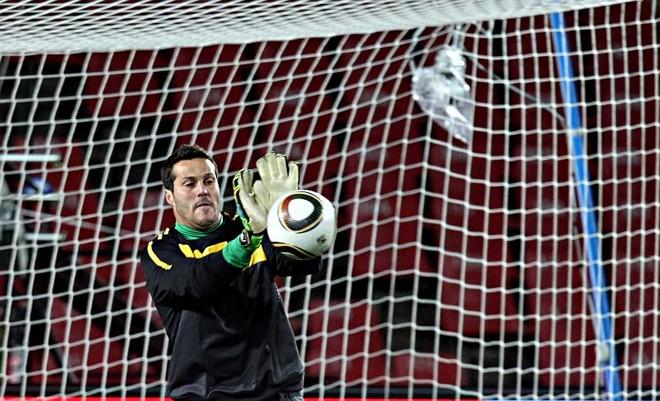 O goleiro Júlio César treinou normalmente ontem para a estreia da seleção | Fotos: Albari Rosa/ Gazeta do Povo – enviado especial