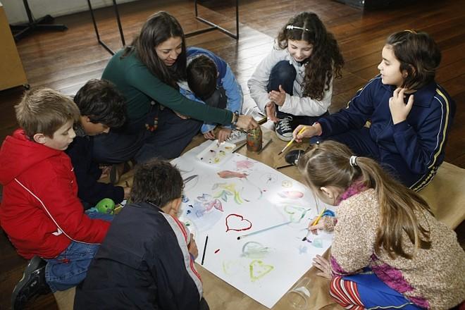 A orientadora de Artes Plásticas Rosângela Grafetti, do Centro de Criatividade, usa o desenho como forma das crianças mostrarem sua interpretação do mundo | Aniele Nascimento Gazeta do Povo