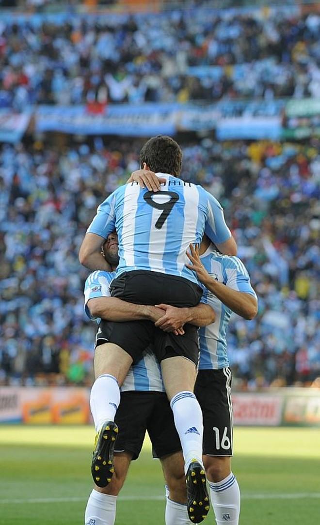 Higuaín corre para o abraço após o terceiro gol sobre a Coreia do Sul. Em dia inspirado, ele se tornou o artilheiro da Copa | Jung Yeon-Je/ AFP