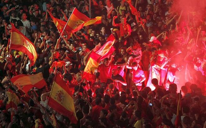 Comemoração pelo título levou milhares de pessoas às ruas de Barcelona | Albert Gea / Reuters