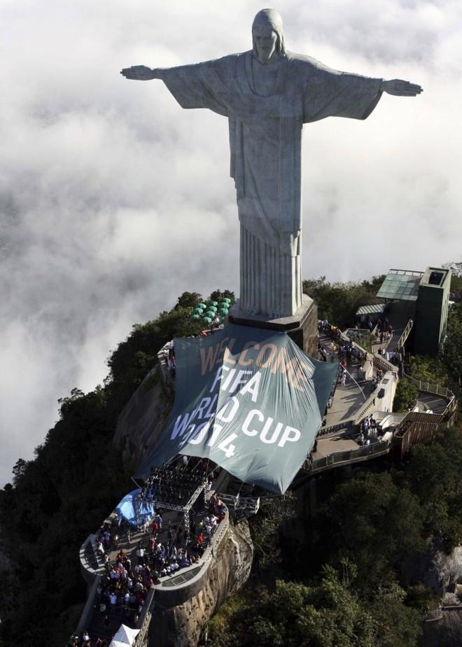 Cristo Redentor a caráter para receber a Copa daqui a quatro anos, quando o Brasil voltará a sediar o Mundial após 64 anos | Beth Santos / Reuters