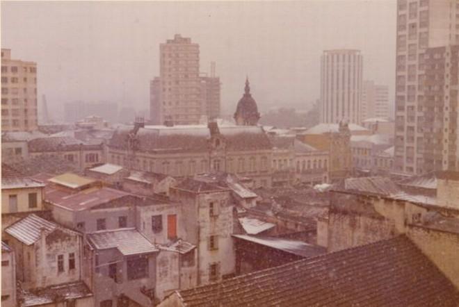 ...mas temperatura não está baixa o suficiente para repetir a neve de 1975, que cobriu os telhados da capital |