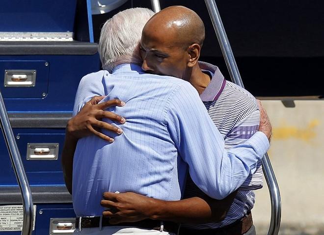 Alívio: ex-presidente Jimmy Carter abraça Gomes após o desambarque | Adam Hunger/Reuters