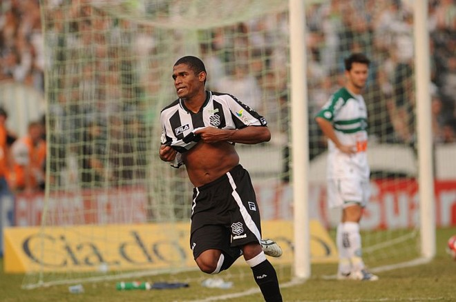 Ygor comemora o primeiro gol do Figueirense, quando subiu e aproveitou cobrança de escanteio de Maicon | Flávio Neves / Diário Catarinense