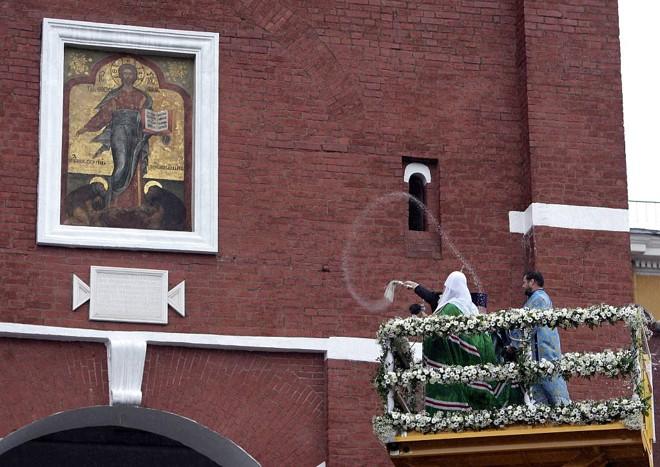 Patriarca russo da Igreja Ortodoxa abençoa o ícone entalhado no portão   AFP