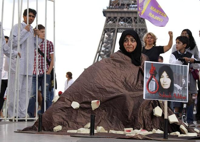 Manifestantes se reúnem em Paris em apoio à iraniana condenada à morte por apedrejamento   Reuters