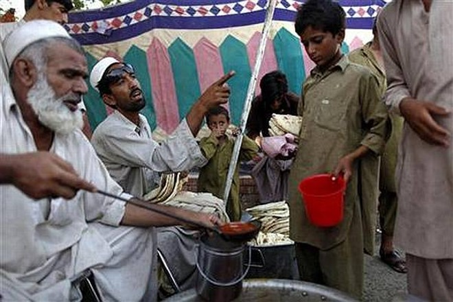 Vítimas das enchentes recebem comida no Paquistão; ONU teme que crianças morram de fome | Reuters